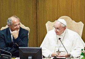JOSÉ MARÍA DEL CORRAL, a la izquierda, ríe con el Papa Francisco, en la presentación del proyecto de Scholas.