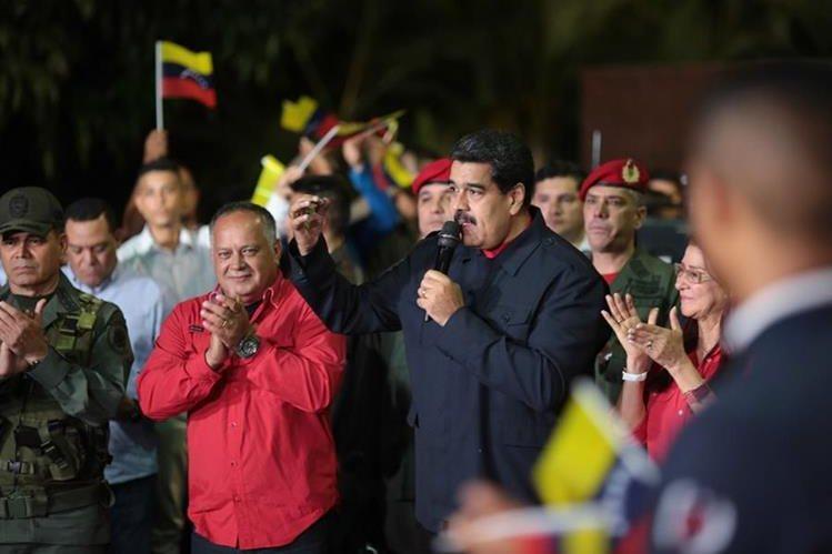 El presidente Nicolás Maduro anuncia la victoia oficialista. Foto Prensa Libre: EFE)