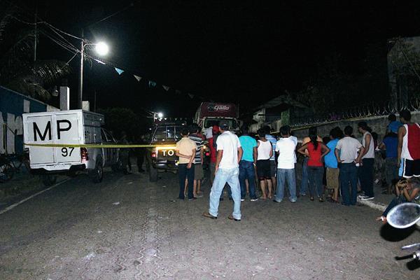 Fiscales del Ministerio Público acordonaron la escena del crimen en el cantón Villa Flor, Pajapita, San Marcos. (Foto Prensa Libre: Alexander Coyoy)