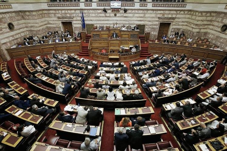 El Parlamento griego adoptó este jueves un segundo paquete de reformas requeridas por los acreedores de Grecia. (Foto Prensa Libre: EFE).
