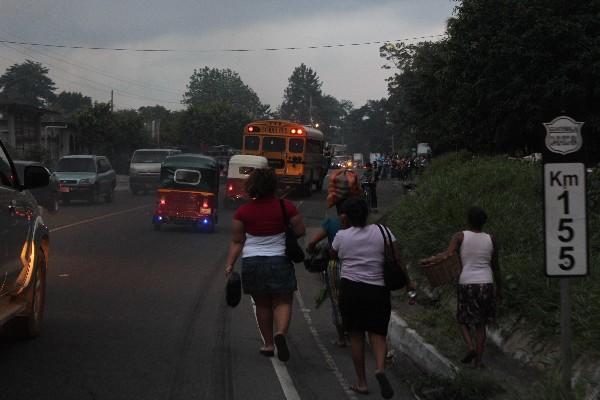 Varios  usuarios optan  por caminar, ya que  el transporte   colectivo  no logra circular.