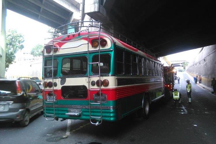 El bus colisionó debajo del puente.( Foto Prensa Libre: Bomberos Municipales)