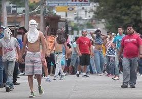 Un grupo de pobladores se enfrenta a la Policía, luego que linchar a dos presuntos extorsionistas en junio de 2015, en Cuilapa, Santa Rosa. (Foto Prensa Libre: Hemeroteca PL)