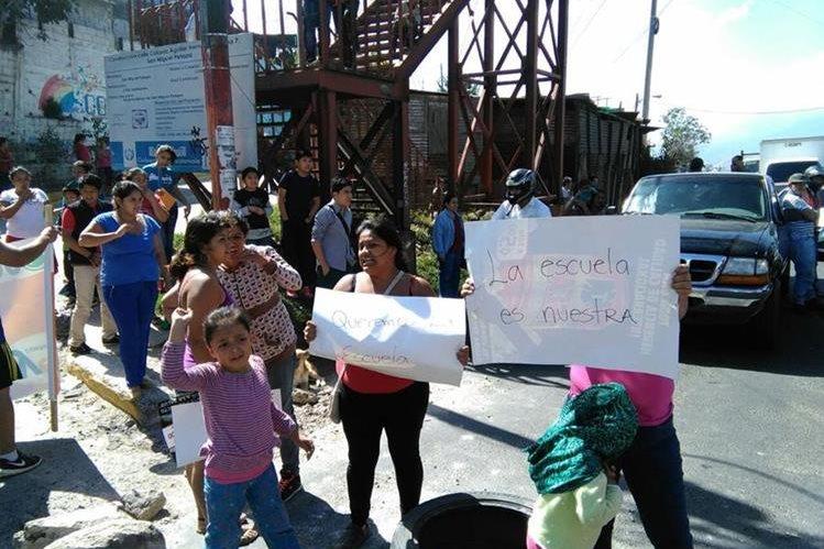 Padres de familia y estudiantes por igual, piden que se les legalice el terreno de la escuela en la zona 7 de San Miguel Petapa. (Foto Prensa Libre: Estuardo Paredes)