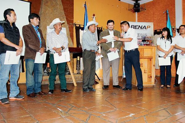 En un acto especial, vecinos de los municipios beneficiados reciben su documento por parte de autoridades municipales y del Renap. (Foto Prensa Libre: Óscar Figueroa)