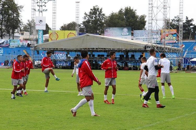 El equipo solo utilizó medio campo del estadio Mario Camposeco por la instalación del escenario. (Foto Prensa Libre: Raúl Juárez)