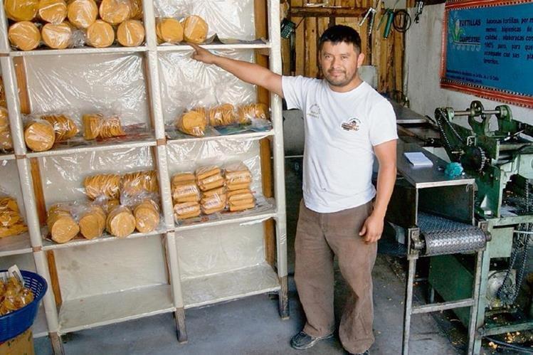 Carlos  Pich  muestra su negocio de tostadas y tacos, ubicado en el barrio El Calvario, Sololá.