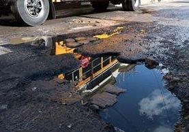 Un enorme agujero se observa en un sector de la ruta Cito-Zarco. La Gobernación Departamental solicitó la reparación, pero no obtuvo respuesta antes de Semana Santa. (Foto Prensa Libre: Carlos Ventura)