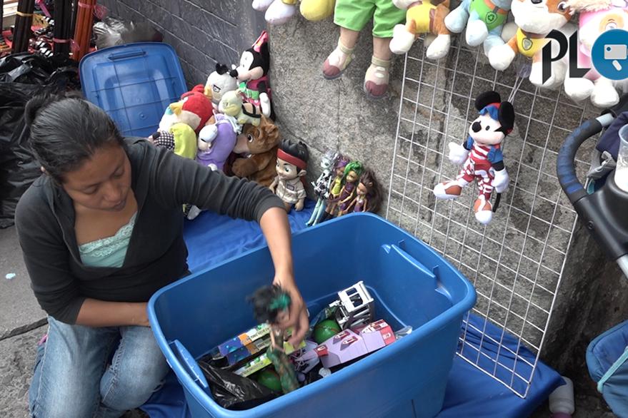José Daniel García tiene seis años de casado con su esposa quien le ayuda a vender juguetes en zona 1. Foto Prensa Libre: David Castillo