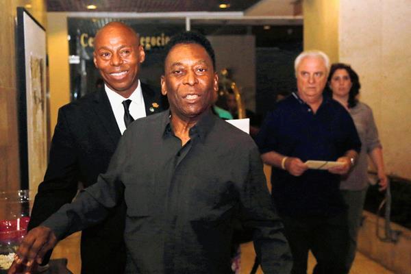 Pelé se mostró feliz a su llegada a La Habana. (Foto Prensa Libre: AP)