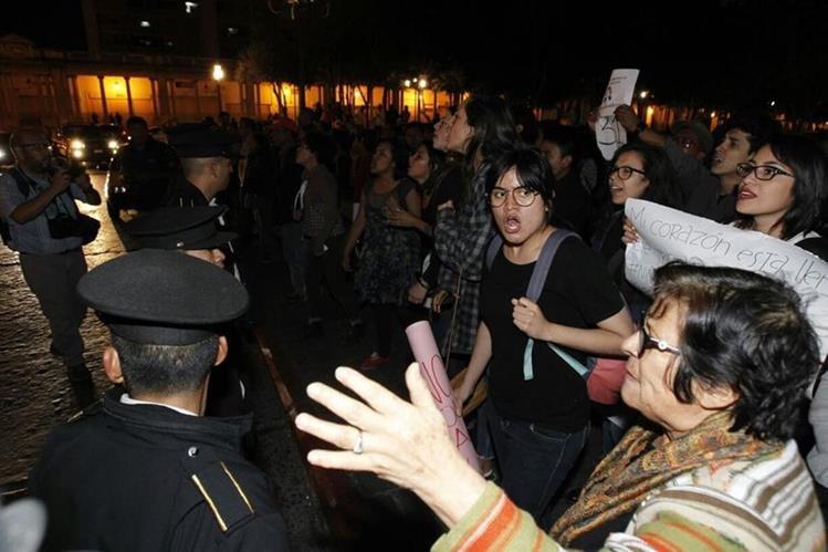 Jóvenes y adultos se reunieron en la Plaza de la Constitución en el cuarto día de manifestaciones. (Foto Prensa Libre: Paulo Raquec).