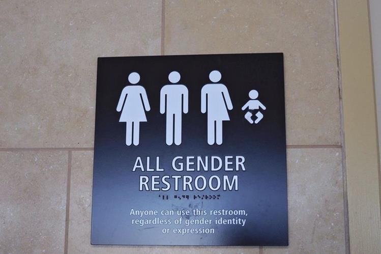 """La fotografía muestra el cartel de un baño mixto donde se lee """"todos los géneros"""" en el aeropuerto internacional de San Diego, California.(Foto Prensa Libre: EFE)."""