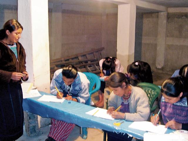 Grupo de personas de Todos Santos Cuchumatán, la mayoría mujeres, acuden a aprender a leer y escribir. (Foto Prensa Libre: Mike Castillo).