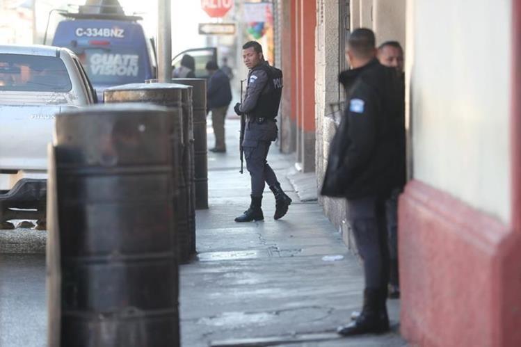 Agentes resguardan la sede del Sistema Penitenciario, en la zona 1 capitalina, luego de un ataque armado ocurrido ayer. (Foto Prensa Libre: Érick Ávila)