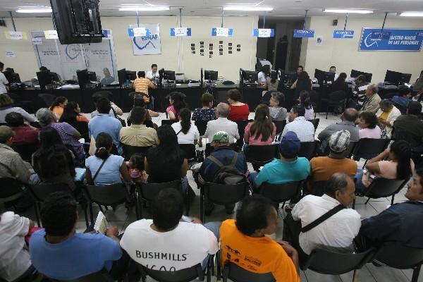 Gran cantidad de personas llega en los últimos días a las oficinas del Renap, algunas abiertas hasta los fines de semana y en horarios extendidos.