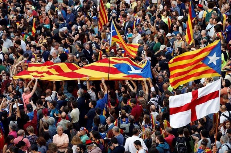 Unas 6 mil personas, según la Guardia Urbana, se han concentrado esta tarde espontáneamente en la plaza de Sant Jaume de Barcelona, ante el Palau de la Generalitat, sede del gobierno catalán. (EFE).