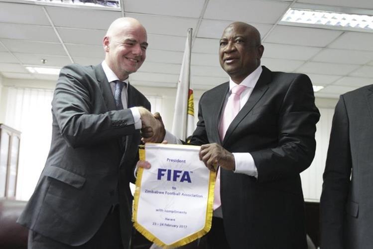 Gianni Infantino saluda a Philip Chiyangwa, presidente de la Asociación de Futbol de Zimbabwe. (Foto Prensa Libre: AP)