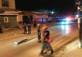 El ataque ocurrido frente a la casa con el número 10-87 de la colonia La Brigada zona 7 de Mixco. (Foto Prensa Libre: Érick Ávila)<br />