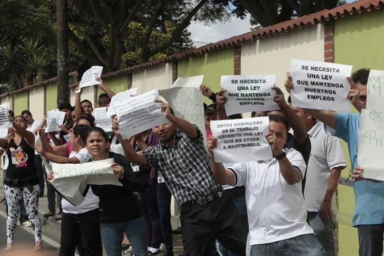 Empleados de maquila salieron a las calles a que se apruebe iniciativa que les permitirá mantener su trabajo. (Foto Prensa Libre: Érick Ávila).