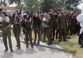 Estudiantes de primer ingreso de Medicina del Cunoc fueron enlodados. (Foto Prensa Libre: María Longo)