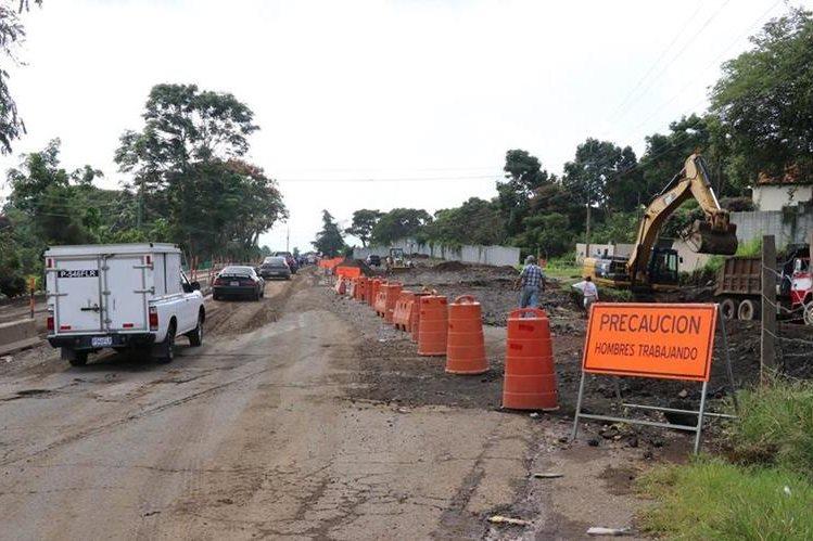 Maquinaria trabaja en área donde se construye libramiento El Cerinal – Barberena. (Foto Prensa Libre: Hugo Oliva).