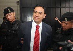 Óscar García Quemé fue detenido mientras se efectuaba la segunda vuelta de votaciones en el Colegio de Economistas. (Foto Prensa Libre: Érick Ávila)