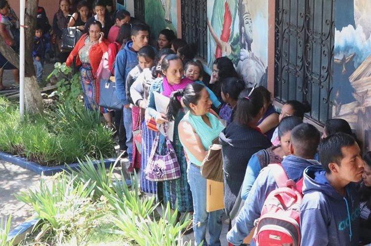 Cientos de personas se presentaron a la convocatoria para la contratación de personal en centros de salud de Quetzaltenango, en mayo último. (Foto Prensa Libre: María José Longo)