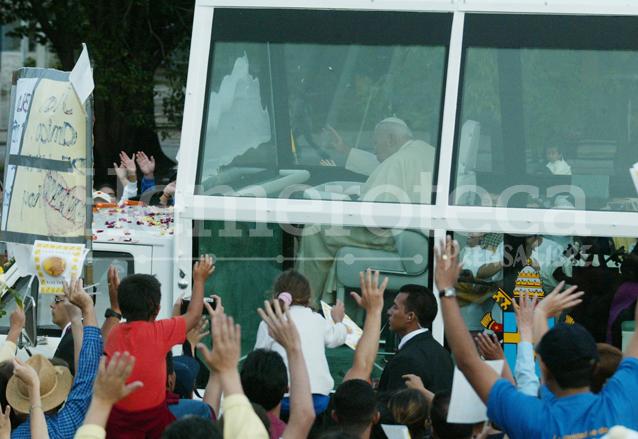 Un instante para ver al Papa bastó para los feligreses que emocionados lo vitoreaban en las calles de la ciudad capital. (Foto Prensa Libre: Hemeroteca)