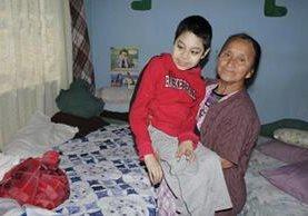 Fabiana Menchú Hernández junto a su nieto, quienes residen en la zona 11 de Xela. (Foto Prensa Libre: María José Longo)
