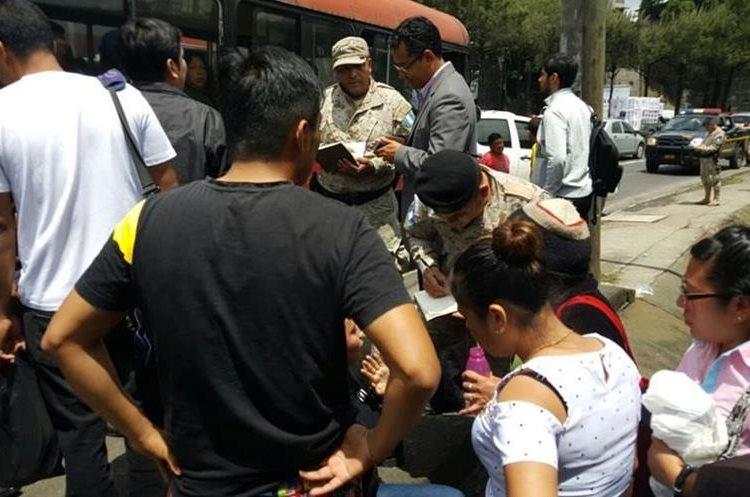 Los pasajeros bajaron del bus y contaron cómo intentaron asaltarlos. (Foto Prensa Libre: PNC)