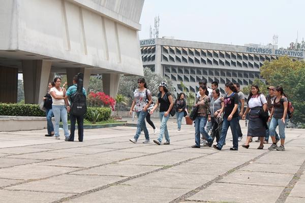 Estudiantes caminan en el campus central de la Usac. (Foto Prensa Libre: HemerotecaPL)