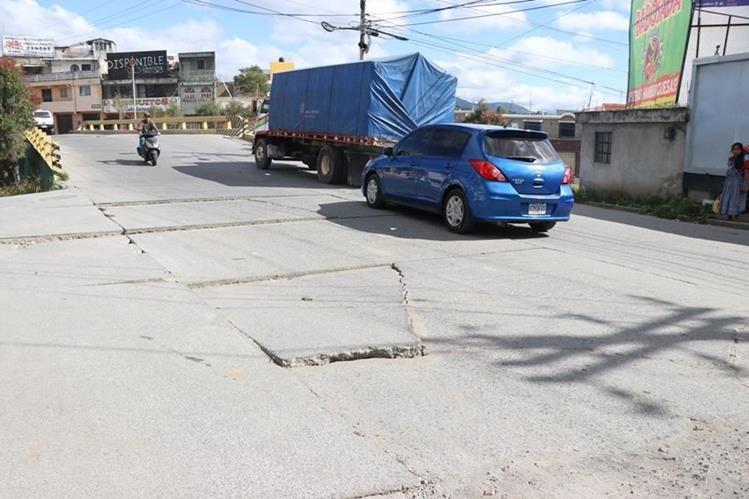 El puente Las Américas, sobre la 4a. calle de la zona 1 de Xela, tiene daños en planchas de concreto y muro, por lo que vecinos aseguran que fue mal construido. (Foto Prensa Libre: María José Longo)