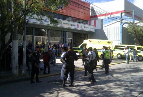 Guarda espaldas fue trasladado con heridas a un centro asistencial. (Foto Prensa Libre: Omar Archila)