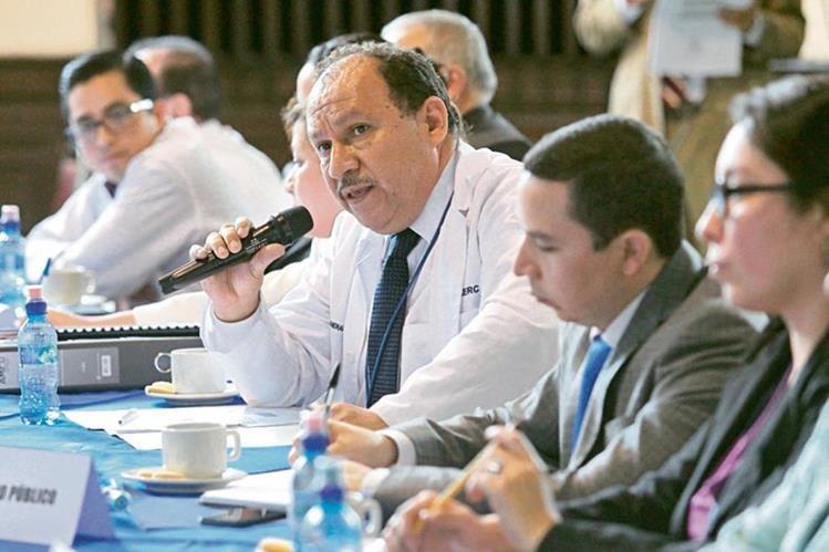 Dogulas Guerrero, director de Unaerc —centro—, no pudo aclarar la serie de señalamientos en los contratos otorgados a Sabiapharma, S. A. (Foto Prensa Libre: Álvaro Interiano)