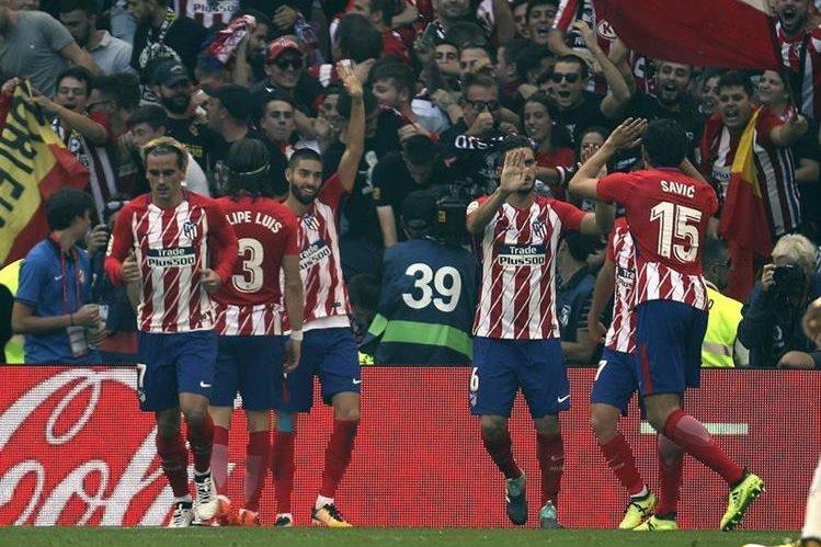 Los jugadores del Atlético de Madrid celebran el gol marcado por su compañero Yannick Carrasco frente al Sevilla. (Foto Prensa Libre: EFE)