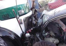Bus y automóvil accidentado en La Esperanza, Quetzaltenango. (Foto Prensa Libre: @stereo100xela).