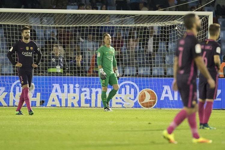 El desconsuelo de los jugadores del FC Barcelona después del cuarto gol del Celta en la derrota que sufrieron el fin de semana. (Foto Prensa Libre:AP)