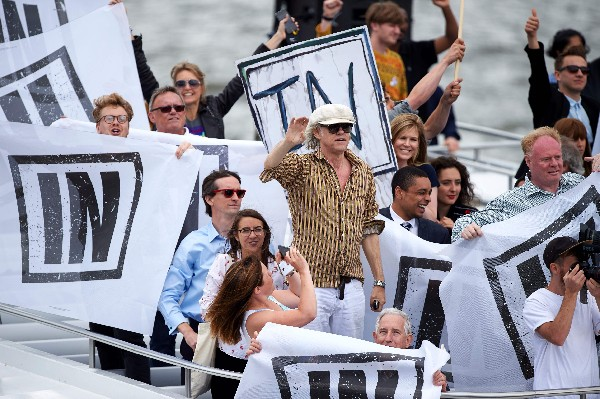 """Un barco transportaba a partidarios de """"permanecer"""" en el referéndum de la UE.(AFP)."""