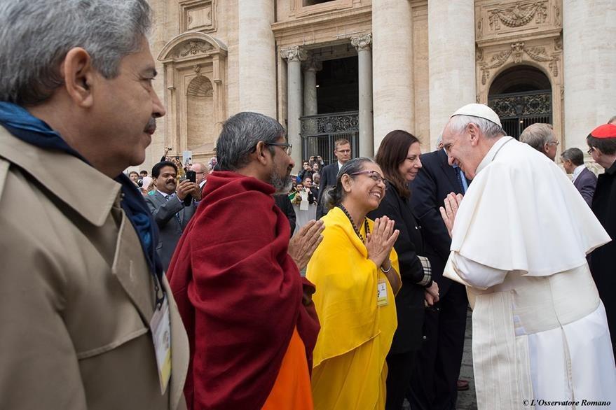 Representantes de diversas religiones coincidieron este miércoles en El Vaticano con el papa Francisco, con quien conversaron. (Foto Prensa Libre: AP).