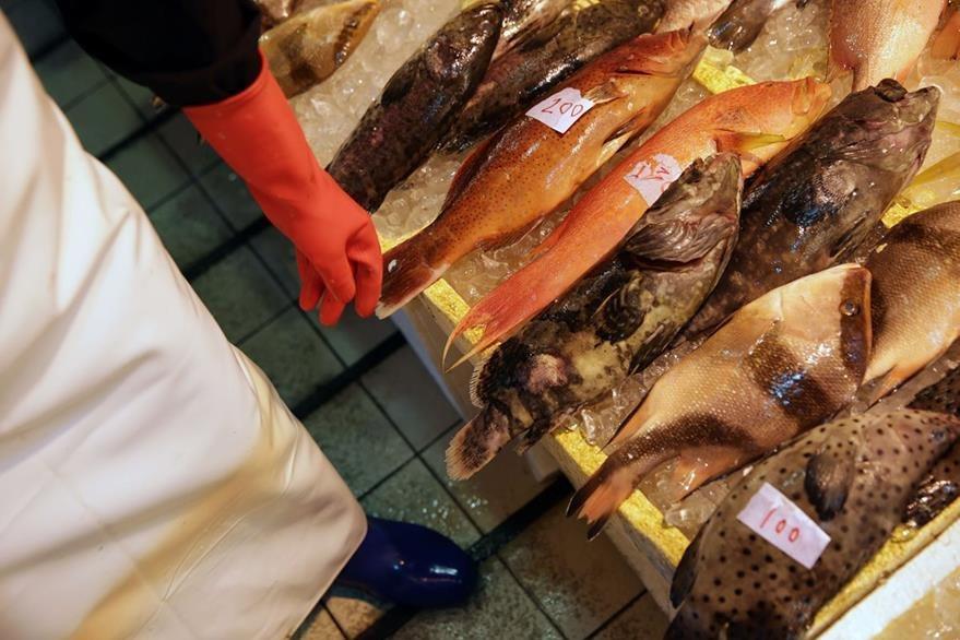 Langosta asada con fideos o buñuelos de camarón con yema de huevo salado son los platos que aparecen entre los más vendidos. (Foto Prensa Libre: AFP).