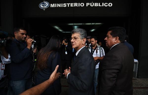 Henry Ramos Allup (c), camina frente al Ministerio Público, en Caracas. (AFP).