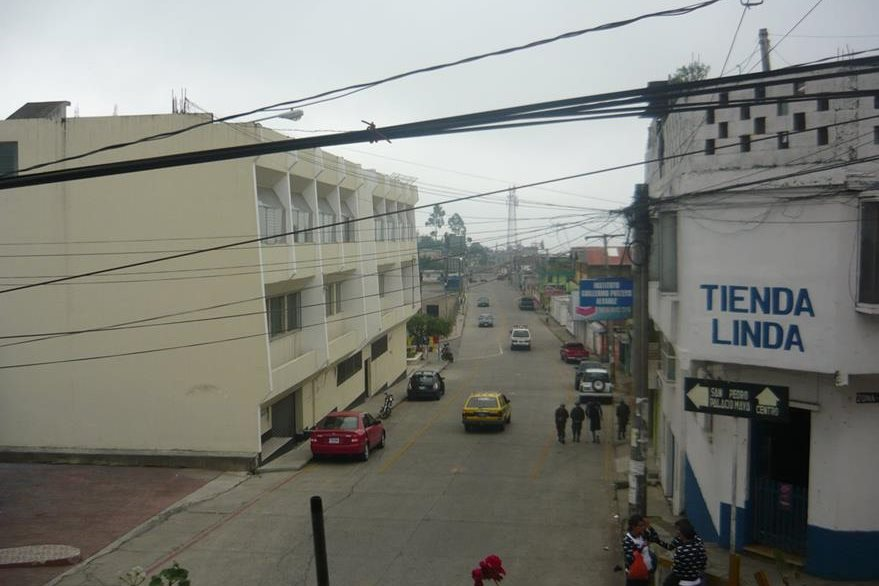 Algunos vecinos salieron de sus viviendas en la cabecera de San Marcos, debido al sismo de 4.5 grados Richter. (Foto Prensa Libre: Genner Guzmán)