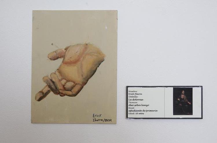 """Erick Ibarra, de 10 años"""", hizo un excepcional trabajo pintando la mano de la Virgen, fragmento del cuadro """"La dolorosa"""". (Foto Prensa Libre: Anna Lucía Ibarra)."""