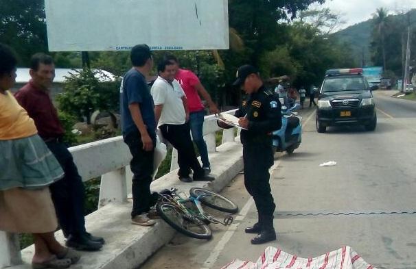 El camión que arrolló al sexagenario continuó su marcha. (Foto Prensa Libre: Mario Morales)