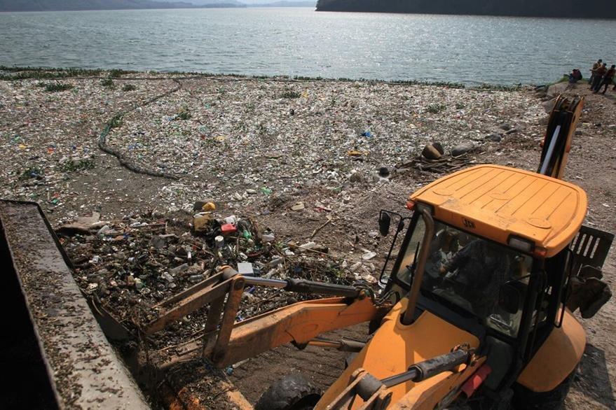 La mayoría de basura que llega al lago es de la metrópolí.(Foto Prensa Libre: E. García)