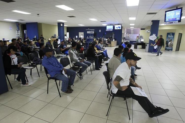 Largas horas de espera invierten los contribuyentes en las agencias de la SAT. (Foto Prensa Libre: Hemeroteca)