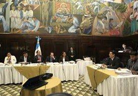 El fiscal Oscar Schaad expone sus argumentos ante la comisión pesquisidora del antejuicio al presidente Jimmy Morales. (Foto Prensa Libre: Carlos Hernández).