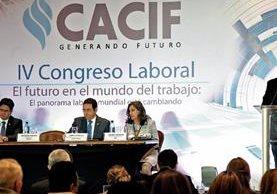 Guillermo Gándara, viceministro de Trabajo; Jimmy Morales, presidente de la República; Carmen Moreno, directora de la OIT, y Antonio Malouf, presidente del Cacif, participan en el IV Congreso Laboral.