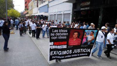 Comunicadores sociales caminan en el Paseo de la Sexta en demanda del cese a las agresiones. (Foto:Rodrigo Méndez)