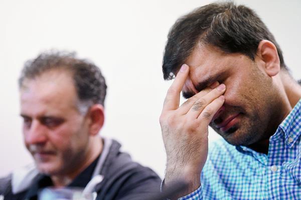 Akhtar Iqbal, esposo de Sugra Dawood (izquierda), y Mohammed Shoaib, esposo de Khadija Dawood, reaccionan con preocupación durante la conferencia de prensa de este martes en la localidad de Bradford. (Foto Prensa Libre: AFP).
